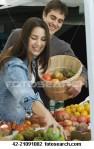 couple-shopping-farmers_~42-21091082